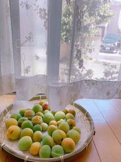 テーブルの上のオレンジのボウルの写真・画像素材[2210379]