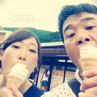 ソフトクリームを食べる2人の写真・画像素材[799759]