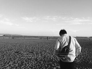 ビーチに立っている人の写真・画像素材[813200]