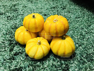 テーブルの上に座ってオレンジを 2 個の写真・画像素材[854312]