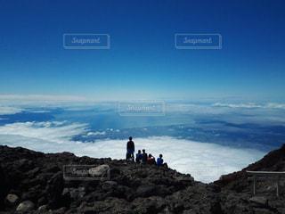 岩が多い丘の上に立っている人の写真・画像素材[823153]
