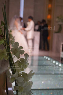 テーブルの上に座って花の花瓶 - No.782994