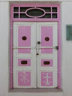 ピンクのドアの写真・画像素材[2127509]