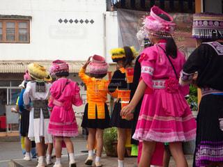 祭りに向かうタイの子供たちの写真・画像素材[2131180]