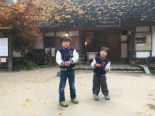 建物の隣に立っている子供達の写真・画像素材[786671]