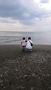 砂浜の上に立っている人の写真・画像素材[1608014]