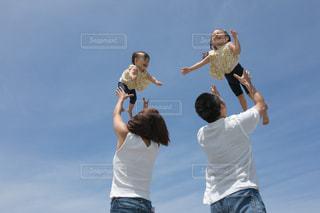 空中に跳び上がって人の写真・画像素材[1622458]