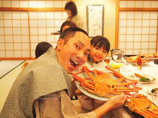 食事のテーブルに座っている人々 のグループの写真・画像素材[1646427]
