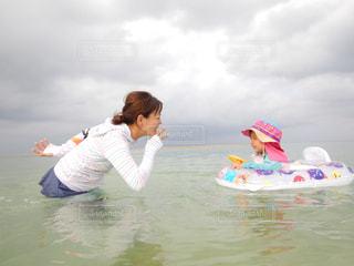 水のサーフボードで波に乗って若い女の子の写真・画像素材[782860]