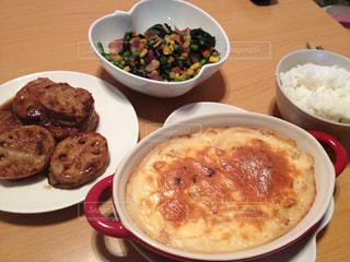テーブルの上に食べ物のプレート - No.782872