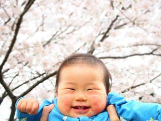赤ん坊を持っている人の写真・画像素材[1175071]