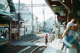 駅横の通りを歩く人々 のグループ - No.1235102
