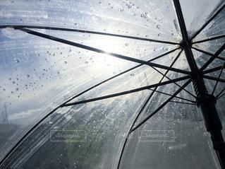 傘と雨の中での都市の景色の写真・画像素材[1235117]