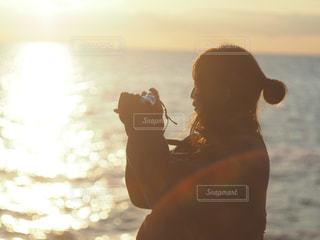 日没の前に立っている人の写真・画像素材[1268892]