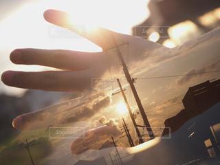 空と手が重なっての写真・画像素材[1268911]