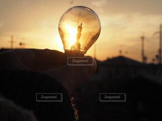 空,カメラ,夕日,夕焼け,手,電球,電気,夕陽,ゆうひ