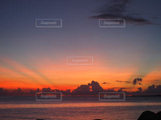水の体に沈む夕日の写真・画像素材[1268928]