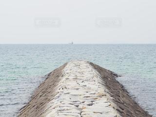 海の横にある水の体の写真・画像素材[1388318]