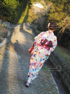 未舗装の道路を歩く人の写真・画像素材[1409051]