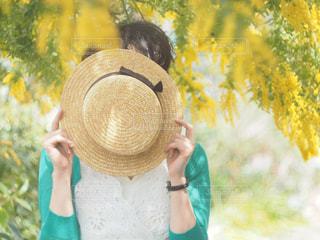 女性,花,春,屋外,カラフル,帽子,黄色,花見,お花見,人物,人,ミモザ,イエロー,黄,兵庫県,きいろ,yellow