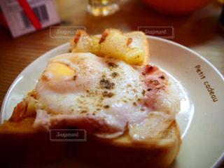 テーブルの上の食べ物の皿の写真・画像素材[2491895]