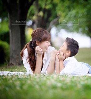 草の上に座っている女性の写真・画像素材[785131]
