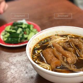 テーブルの上に食べ物のボウルの写真・画像素材[816965]