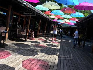 カラフルな傘を持っている人の写真・画像素材[785067]