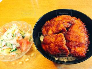 テーブルの上に食べ物のプレートの写真・画像素材[784781]