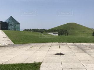 芝生のフィールドを持つ家の写真・画像素材[911721]