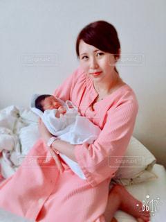 赤ん坊を抱える女性 - No.785436