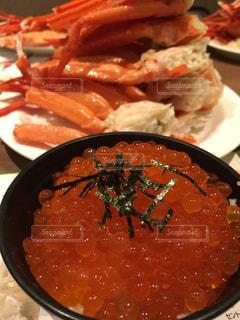 蟹の山とイクラご飯の写真・画像素材[805613]