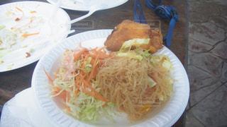 テーブルの上に食べ物のプレートの写真・画像素材[806792]