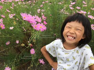 花を保持している小さな女の子 - No.896045
