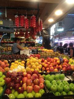 様々 な新鮮な果物や野菜の店で展示の写真・画像素材[784950]