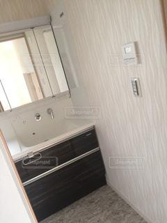 ウィンドウの横に座っている白い浴槽付きのバスルームの写真・画像素材[787906]