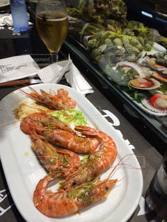 テーブルの上に食べ物のプレートの写真・画像素材[808633]