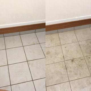茶色と白のタイル張りの床の写真・画像素材[785392]