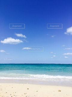 水の体の横にある砂浜のビーチ - No.1108471