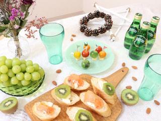 テーブルな皿の上に食べ物のプレートをトッピング - No.914316