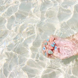 体内の水を泳いでいる人の写真・画像素材[914415]