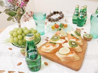 テーブルの上に食べ物の写真・画像素材[915867]