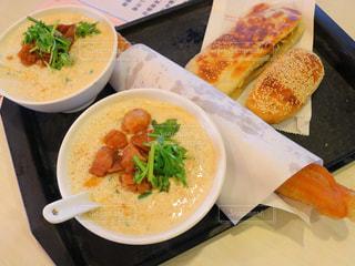 テーブルの上に食べ物のボウルの写真・画像素材[919005]