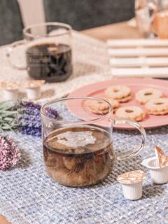 テーブルの上のコーヒー カップの写真・画像素材[1269402]