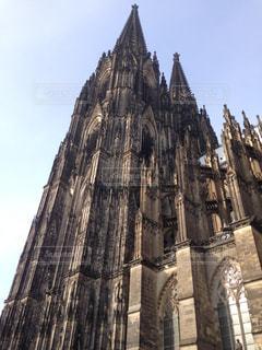 建物の側に時計と大きな背の高い塔の写真・画像素材[805163]