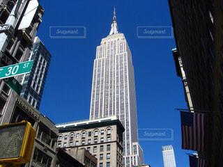 エンパイア ・ ステート ・ ビルディングの高層ビルの前に道路標識の写真・画像素材[1000938]