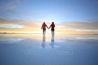 ビーチに立っている人の写真・画像素材[928052]