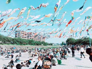 大勢の人が浜辺で凧をあげての写真・画像素材[1247998]