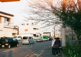 車の横に通りを歩く人々 のグループの写真・画像素材[1367948]