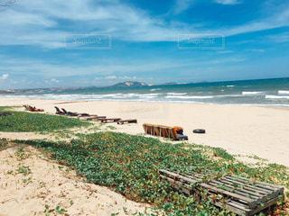 水の体の横にある砂浜のビーチの写真・画像素材[1401137]